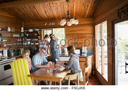 Giovani amici a giocare a carte cabin tavolo da cucina Foto Stock
