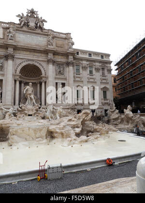 I lavori di manutenzione sulla famosa fontana di Trevi a Roma, ottobre 2015. Il restauro è stato pagato dalla società Foto Stock