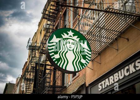 Il logo di Starbucks al di fuori di uno dei loro negozi nel Greenwich Village di New York giovedì 29 ottobre, 2015. Foto Stock