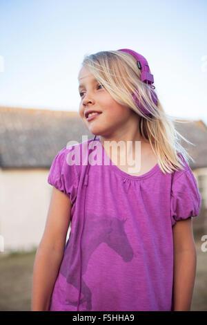 La Svezia, Gotland, Faro, ragazza (8-9) con cuffie in cortile Foto Stock