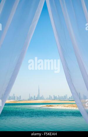 Skyline di Dubai dall'isola il Libano beach resort su un uomo fatto isola, parte del mondo fuori Dubai Emirati Arabi Foto Stock