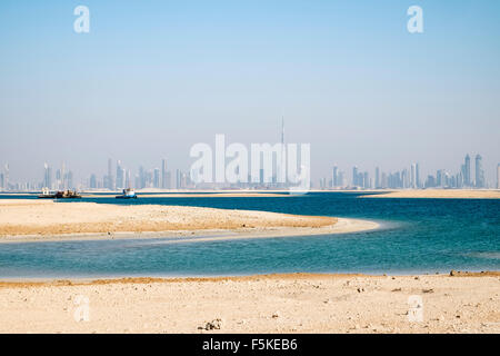 Skyline di Dubai dal mondo uomo fatto rigenerate isole al largo della costa di Dubai negli Emirati Arabi Uniti Foto Stock