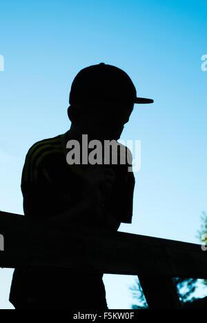 La Svezia, Silhouette vista del ragazzo (12-13) Foto Stock