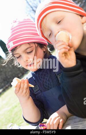 La Svezia Sodermanland, Alvsjo, Bambini (4-5) mangiare gelati
