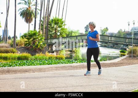 Donna matura a fare jogging nel parco