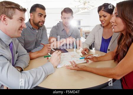 Piccolo gruppo di persone aventi il brainstorming meeting aziendali Foto Stock