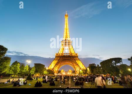 Illuminata dalla Torre Eiffel al tramonto, Torre Eiffel e Champ de Mars, Parigi, Ile-de-France, Francia Foto Stock