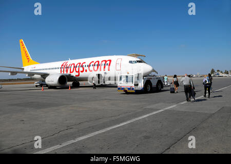 Passeggeri a piedi su asfalto di salire a bordo di un aereo di Pegasus a Ercan Airport in Nicosia Cipro Nord KATHY Foto Stock