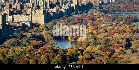 Vista aerea di Central Park, Lago e Upper West Side con colorati caduta delle foglie. Autunno a Manhattan, New York Foto Stock