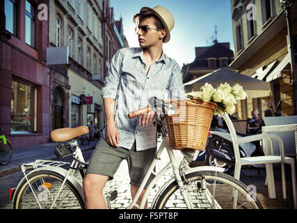 Uomo elegante sul retro bike Foto Stock
