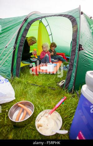 La Svezia, Bohuslan, Smogen, Donna con i suoi due bambini (4-5, 6-7) camping Foto Stock