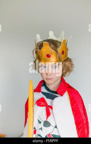 La Svezia, ritratto del ragazzo (6-7) in king's costume Foto Stock
