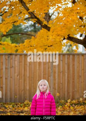 La Svezia, Vastergotland, Lerum, Ritratto di una ragazza (4-5) in camicia rosa