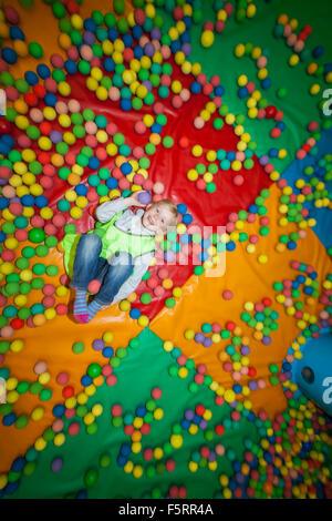 La Svezia, Bohuslan, Göteborg, Ritratto di ragazza (10-11) in piscina di palline Foto Stock