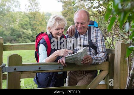 Attivo coppia Senior sulla passeggiata in campagna