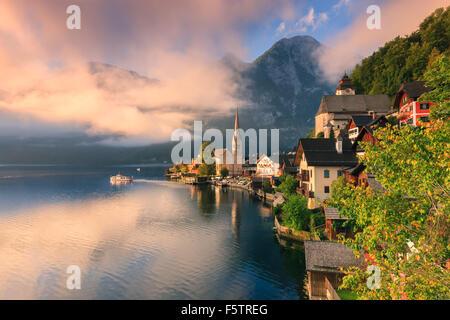 Sunrise di Hallstatt, in Austria Superiore è un villaggio nella regione del Salzkammergut, una regione in Austria.