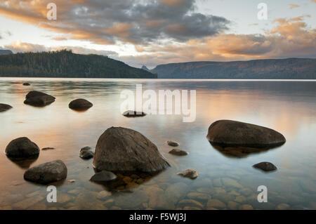 Sera riflessioni sul lago St Clair. Foto Stock