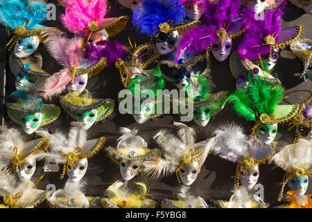 Miniatura del full-face maschere veneziane per il Carnevale di Venezia, Italia Foto Stock
