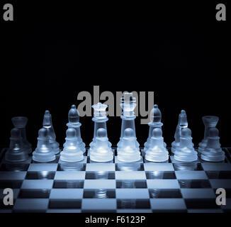 La strategia aziendale e il concetto di concorrenza scacchiera pronti per la battaglia Foto Stock