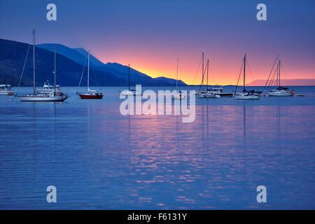 Barche a vela in porto al tramonto, Ushuaia, Tierra del Fuego, Argentina Foto Stock