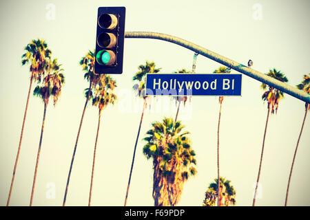 Croce trasformati Hollywood Boulevard segno e semafori con palme in background, Los Angeles, Stati Uniti d'America. Foto Stock