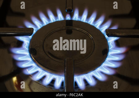 Fiamma a gas su di un piano di cottura della cucina Foto Stock