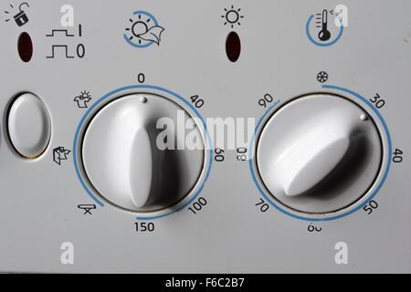 Vecchia lavatrice/asciugatrice compone che mostra trenta gradi centigradi lavare Foto Stock