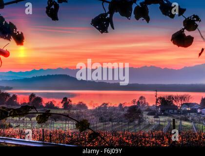 Rosso tramonto sul Lago di Viverone in Piemonte, Italia