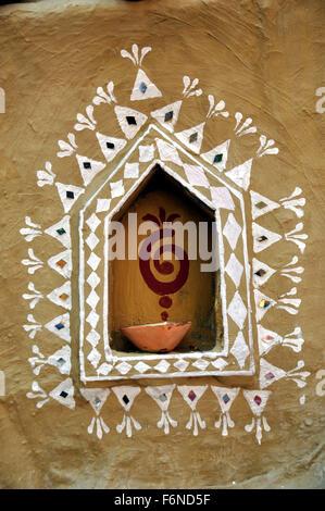 Diya nella nicchia della parete decorativa, Rajasthan, India, Asia