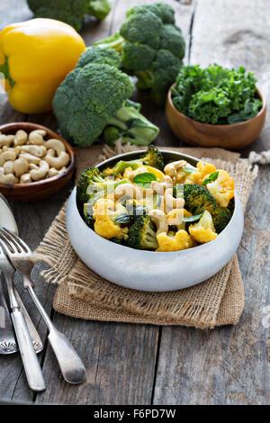 Curry di verdure con broccoli e cavolfiori, kale noci di acagiù