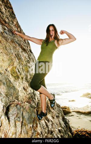 Donna rock climbing formazione Foto Stock