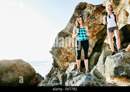 Donne trekking sui massi Foto Stock