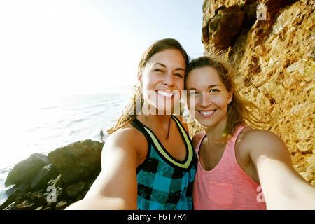 Le donne che prendono selfie all'aperto Foto Stock