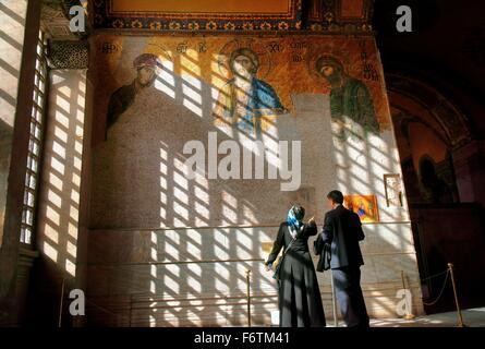 Hagia Sophia, Istanbul. La Deesis mosaico nel contenitore imperiale risale al 1261. Cristo, la Vergine Maria e Giovanni Foto Stock