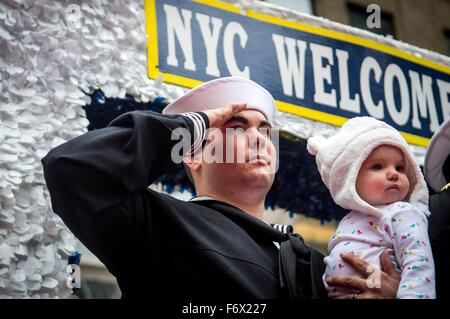 Stati Uniti Navy sailor Petty Officer Collin Gomez saluta durante i veterani annuale parata del giorno durante la settimana di veterani attività Novembre 11, 2015 nella città di New York, NY. Foto Stock