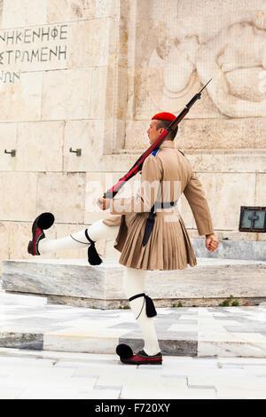 Soldato greco, un Evzone, accanto alla tomba del Milite Ignoto, al di fuori del palazzo del Parlamento, Atene, Grecia Foto Stock