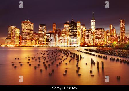 La città di New York Manhattan inferiore, vista dal Ponte di Brooklyn Park Foto Stock