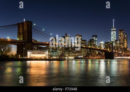 Vista notturna del Ponte di Brooklyn con inferiore dello skyline di Manhattan e Brooklyn, New York, Stati Uniti Foto Stock