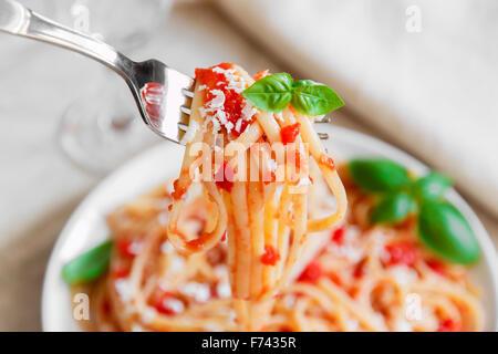 Linguine con salsa di pomodoro e formaggio su una piastra Foto Stock