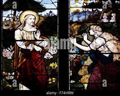 "Scena biblica da Giovanni 20 16 in una vetrata a St Marys Chiesa Wroxham Norfolk Inghilterra Gesù le disse: ""Maria!"". Foto Stock"