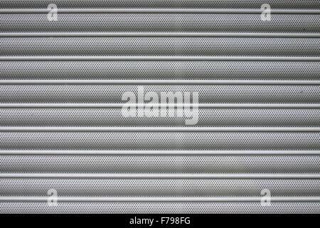 Rullo orizzontale di metallo della porta o tapparella metallo come sfondo. Foto Stock