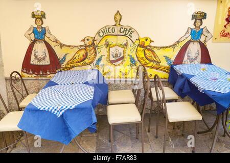 Cafe decorazione, il centro storico di Taormina, Sicilia, Italia Foto Stock