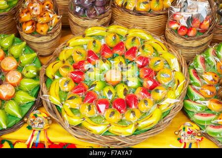 Prodotti tipici siciliani marzapane frutti (frutta martorana), Siracusa (Siracusa), Sicilia, Italia Foto Stock