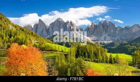 Autunno a Santa Maddalena, Dolomiti, Alto Adige, Val di Funes, Italia Foto Stock