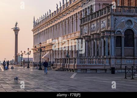 Venezia, Italia, la Piazzetta di San Marco, Biblioteca Nazionale Marciana, Biblioteca Nazionale e colonna in granito di San Teodoro Foto Stock