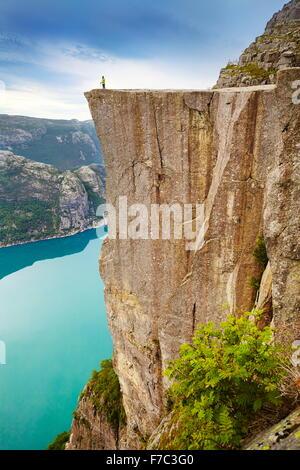 Turista singolo sul pulpito Rock Landscape, Prekestolen, Lysefjorden, Norvegia Foto Stock