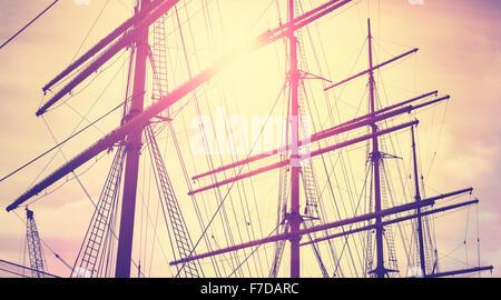 Retro Vintage tonico montanti in barca a vela al tramonto, il concetto di viaggio. Foto Stock