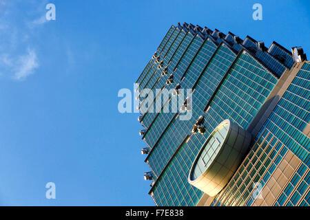 Tempo di giorno foto con cielo blu della facciata esterna di Taipei 101 nel distretto di Xinyi, Taipei, Taiwan Foto Stock