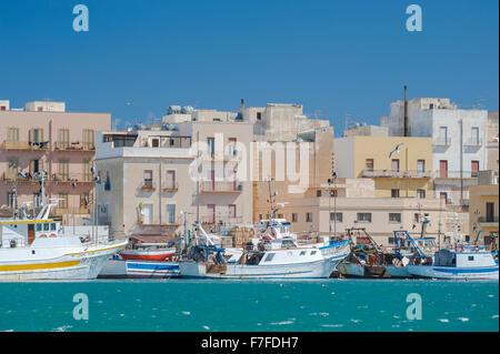 Sicilia città costiera, barche da pesca ormeggiate lungo la banchina nel porto di Trapani, in Sicilia. Foto Stock