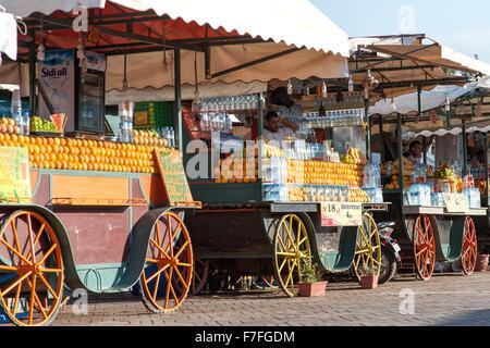 I fornitori di succo di frutta in Piazza Jemaa El Fna a Marrakech, Marocco. Foto Stock